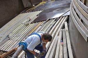 Auf die neuen behutsam erstellten Betonauflager der Schanerlochbrücke wurde eine tragende Ebene aus HEB500 Stahlträgern gebaut, darauf die außenliegenden Wandschalungen
