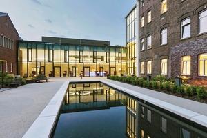 Die Foyersituation ist typisch für das Gebäude. Sie wirkt wie ein Hotel, funktioniert aber wie eine Psychiatrie