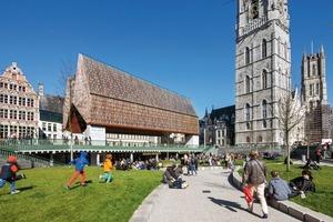 Im Wesen ist das Bauwerk ein Dach, das eine rund 15x 40m große Fläche eines öffentlichen Platzes überdeckt. Es handelt sich um eine Interpretation der von den Architekten intensiv studierten historischen Gebäude und Stadtkarten. Das steile, doppelte und asymmetrische Satteldach ist durch das Dach des Rathauses inspiriert