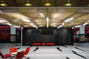 Das Licht- und Materialkonzept der neuen Einbauten hebt sich zwar deutlich vom Bestand ab, schafft es jedoch, das Sakrale des ehemaligen Bankgebäudes zu betonen<br />