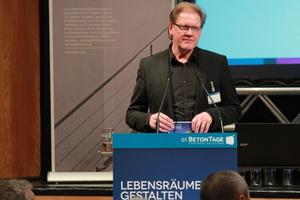 """DBZ Chefredakteur Burkhard Fröhlich moderierte die Veranstaltung """"Beton in der Architektur"""""""
