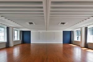 Nun nimmt sich im Großen Saal die Gebäudetechnik zurück. Unauffällig integrieren die Architekten sie in die Zwischenräume der Betonrippendecke