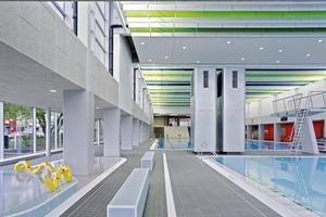 Die beiden hochragenden Türme dienen der Be- und Entlüftung der neuen Halle und sind optische Raumtrenner zwischen den Becken.<br />Ganz hinten die Tribüne