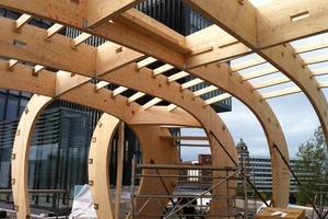 Die Hülle des Kiesels bilden Spanten aus Furnierschichtholz, die als Bausatz an die Baustelle geliefert und in Stahlschuhen auf einem Ringfundament aus Beton befestigt wurden<br />