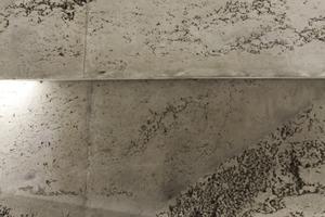 Betonschäden (Nester) als in den Monolithen integrierte Mittenabsorber, die günstiger (und schöner) wohl nicht zu realisieren sind
