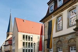 Links das Langhaus, rechts das historische Rathaus (Ansicht Kirchstraße)<br /><br />