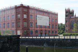 2006: Hier ziert noch Sponsorenwerbung den Fassadenbetrug. Doch Sponsoren verlieren irgendwann auch die Geduld