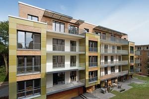 Aus Gründen der Nachhaltigkeit und Ressourcenschonung fiel die Wahl der Fassadenmaterialien auf Materialien mit guter Energiebilanz: Holz als CO<sub>2</sub>-neutraler Baustoff und Faserzementplatten als recyclingfähiges Material<br />