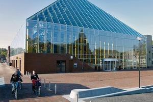 Durch die Glashülle wirkt die Bibliothek größer als sie eigentlich ist