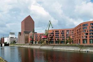 Innenhafen: Im 5-geschossigen Anbau, der sich mäandernd entlang des Innenhafens schlängelt, befinden sich Foyer, Verwaltung und sonstige Funktionen, die für den Betrieb benötigt werden