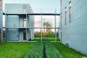 Ca. 600 € kostet hier der Quadratmeter (Baukosten für die Erstellung und Außenanlage). Balkone können dazugekauft werden. Befestigungsmöglichkeiten wurden von den Architekten vorgesehen