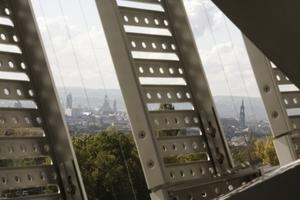Durch die Metallbretter hindurch: Blick auf die Dresdner Altstadt