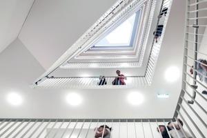Die Treppenhäuser sind ein wesentlicher Bestandteil im Konzept. Sie dienen als Orte der Begegnung und Kommunikation
