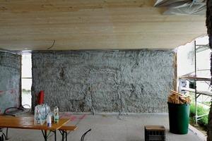 Die Strohballen werden übereinander gestapelt, außen mit Kalk und innen mit Lehm verputzt