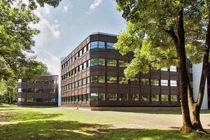 Das Bürogebäude Powerhouse Kjørbo liegt in einer parkähnlichen Landschaft mit alten Baumbestand