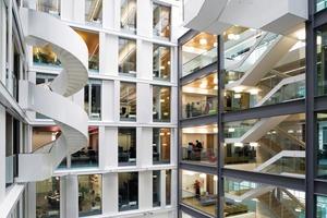 """Das """"Forum"""" nennt man das Atrium, welches Blicke auf Büros hinter Glaswänden freigibt. Dazwischen, im Treppenbereich, liegen Mini-Foren und Galerien auf denen man sich in kleinen Teams zu Besprechungen trifft<br />"""