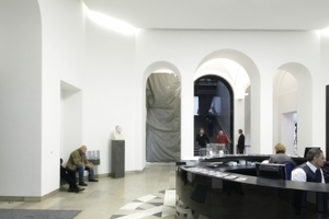 Im Foyer des Städels schließt eine Lichtdecke auf Höhe des 1. OG den vertikalen Raum. Neben der Haupttreppe links und rechts zwei Seitengänge in den Erweiterungsbau unterm Gartengrün hinab