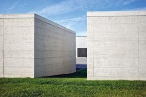 Die Skulpturen aus Ortbeton dienen als Materiallager, Trafostation, Ablagefläche etc.