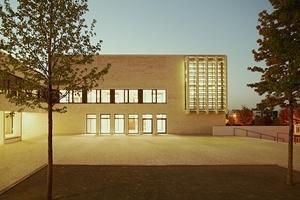 Anerkennung: Gymnasium mit Sporthalle und Jugendhaus in Frankfurt-Riedberg in mehrschaliger Bauweise von Ackermann + Raff Architekten, Stuttgart/Tübingen
