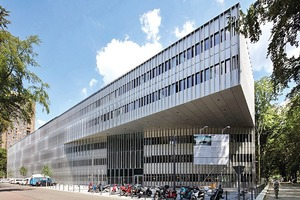 """Für den Bau der Fassade des Nawi-Med wurde das Profilsystem WICTEC 50 von WICONA verwendet. Das System ermöglicht schlanke Ansichtsbreiten von 50mm. Wiederum die Fenster des Neubaus sind aus dem Aluminium-Profilsystem WICLINE 65 evo, die Türen aus dem WICSTYLE 75 eco. Beide Systeme tragen mit Energieeffizienz zur Nachhaltigkeit des Gebäudes bei<br /><br />Sapa Building Systems GmbH<a href=""""http://www.sapagroup.com"""" target=""""_blank"""">www.sapagroup.com</a>"""