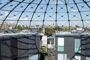 12 zweigeschossige Wohneinheiten in Größen von 150-300 m² wurden direkt auf der 3 m starken Betondecke und unter der vorhandenen Schwedlerkuppel, die den Bunker überspannt, platziert<br />