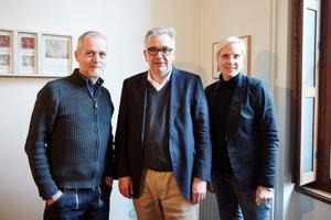 Uwe Schröder mit Sandra Greiser und Benedikt Kraft in Schröders Büro in Bonn