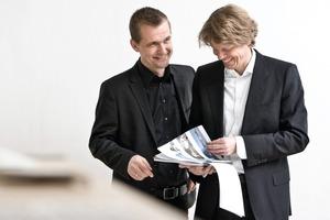 """<div class=""""autor_linie""""></div><p><span class=""""ueberschrift_hervorgehoben"""">Knippers Helbig v.r.n.l.</span></p><p></p><p><span class=""""ueberschrift_hervorgehoben"""">Prof. Dr.-Ing. Jan Knippers</span></p><p>1983-1992Studium konstruktiver Ingenieurbau und Promotion Technische Universität Berlin</p><p>1993-2000Projektingenieur</p><p>seit 2000Professor und Leiter des Instituts für Trag</p><p>konstruktionen und Konstruktives Entwerfen (itke) der Fakultät für Architektur und Stadtplanung an der Universität Stuttgart; For-schung und Lehre zu effizienten Tragstruk-turen aus Stahl, Glas und Kunststoff und anderen innovativen Materialien</p><p><span class=""""ueberschrift_hervorgehoben"""">Dipl.-Ing. Thorsten Helbig</span></p><p>1984-1987Berufsausbildung in Erfurt, </p><p>1990-1994Studium konstruktiver Ingenieurbau an der FH Bielefeld/Minden, Diplom</p><p>1994-2001Projektingenieur</p><p>Seit 2001Knippers Helbig Advanced Engineering, Stuttgart; 2009 Gründung Knippers Helbig Inc., New York/USA. Schwerpunkt : leichte und transparente Dach- und Fassadentragwerke für int. Großprojekte</p>"""