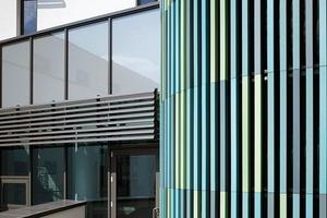 """<div class=""""2.6 Bildunterschrift"""">Die farbigen Fassadenelemente stammen von Agrob Buchtal und sind mit einer antibakteriellen HT-Veredelung versehen. Diese ist selbstreinigend und filtert Schadstoffe aus der Luft. Die Fassadenplatten wurden mit dem Befestigungssystem KeraTwin K20 ohne sichtbaren mechanischen Halt an der Fassade angebracht</div>"""