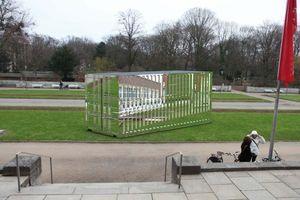 Stefan Sous, Versailles, 2011, - der Düsseldorfer Künstler Stefan Sous entwarf einen Innen wie Aussen hochglanz verchromten Container als Skulptur