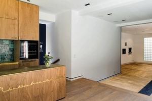 Im Erdgeschoss sind öffentliche Nutzungen untergebracht – der großzügige Raum fungiert als Atelier und Veranstaltungsraum