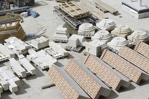 Konvenienz im Bauteilesektor: aufgeklebte Ziegel auf Betonwinkeln. Daneben die vorgefertigten Sockelelemente der Säulen im Schlüterhof