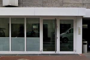Den Eingang vor der Sanierung prägten grobe Tür- und Fensterrahmen
