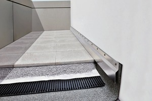Alle Abdichtungskomponenten müssen bis über das Plattenmaterial geführtwerden, damit keine Feuchtigkeit in den Untergrund eindringen kann. Wandanschlussprofile ermöglichen die fachgerechte Verbindung mit der Fassade