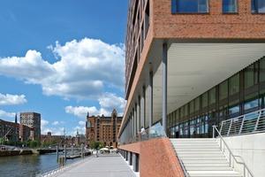 Die Stadtloggia öffnet das Gebäude mit ihren öffentlichen Bereichen wie Geschäften, Restaurants und Ausstellungsflächen zum Wasser hin. Integriert in das Wegenetz schafft sie eine Verbindung zur HafenCity Universität Hamburg