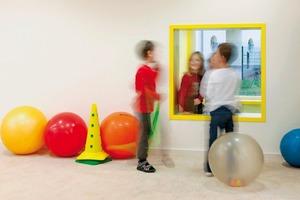 Das Gebäude lädt die Kinder zu Erkundungen ein. Damit nimmt es eine im sächsischen Bildungsplan aufgestellte Forderung auf: Architektur (von Kitas) solle die Kreativität der Kinder anregen!