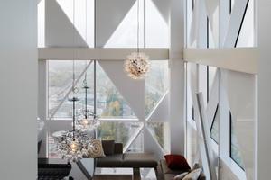 In der Sky-Bar und den Hotelzimmern wurden die Böden mit Douglasie-Planken ausgelegt, in den Fluren liegt flauschiger Teppichboden mit Dreiecken in kräftigen Farben