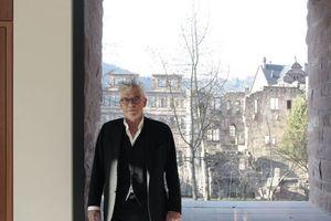 Vorne Max Dudler im Besucherzentrum, dahinter die Heidelberger Schlossruine<br />