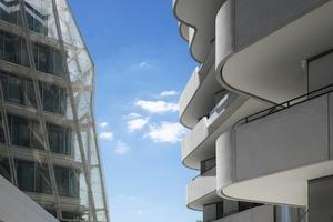 Gemäß des Bebauungsplans für die Hafen City muss die Versorgung der Wohnflächen mit Frischluft gewährleistet werden. Bei gekipptem Fenster darf der Geräuschpegel im Innenbereich nicht 30 db(A) während der Nachtzeit überschritten werden. Hierfür wurde eine speziell gedämmte Lüftungsklappe entwickelt. Damit wird trotz der hohen Windgeschwindigkeiten, die in der Hafen City vorherrschen, eine natürliche Lüftung im Hochhaus ermöglicht<br />