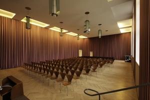 """Der Metzlersaal mit einer Arbeit von Thomas Demand (""""Saal"""") ... die Wandvorhänge sind täuschend echte Täuschungen"""