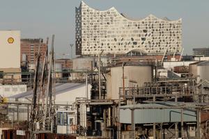 Die Elbphilharmonie von der Industrieseite im Süden aus gesehen