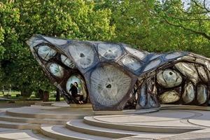 Die Gesamtform des Pavillons reagiert zum einen auf die örtlichen Gegebenheiten auf dem öffentlichen Platz in direkter Nähe zum Stadtpark; zum anderen demonstriert sie die morphologische Anpassungsfähigkeit des Systems, das weit über eine einfache Schalenform hinausgeht