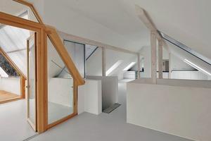 Das Treppenhaus führt im Dachgeschoss direkt zu der als Energiegarten ausgebildeten offenen Dachloggia