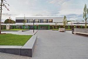 Der Hauptpausenhof ist eine große Fläche zum Spielen und Toben. Er liegt im Süden und ist nun der Haupteingang der Marie Curie Schule