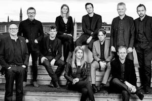 """<div class=""""fliesstext_vita""""><strong>Schmidt Hammer Lassen Architects</strong></div><div class=""""fliesstext_vita"""">v.l.n.r.oben: Bjarne Hammer, Rasmus Kierkegaard, Bente Damgaard, Kristian Lars Ahlmark, Holst Jensen, Morten Schmidt, Morten Schmidt, Chris Hardie<br />v.l.n.r.unten: John Lassen, Trine Berthold, Kasper Helberg Frandsen<br />Schmidt Hammer Lassen wurde im Jahr 1986 gegründet und hat heute Büros in Aarhus, Kopenhagen, London und Shanghai. Das Büro Schmidt Hammer Lassen Architects hat 140 Angestellte, die in den 4 Büros arbeiten. Das Büro wird geführt von Bente Damgaard mit einem Team von Partnern. Die Entwurfsabteilung leitet Kreativdirektor Bjarne Hammer zusammen mit seinen vier Partnern John F. Lassen, Morten Schmidt, Kim Holst Jensen und Kristian Ahlmark. Hinzu kommen noch die assoziierten Partner Trine Berthold, Kasper Heiberg Frandsen, Chris Hardie und Rasmus Kierkegaard. Über 50% der Aufträge kommen von internationalen Projekten, wobei hier in den nächsten Jahren eine Steigerung zu erwarten sein wird. In Dänemark selbst macht die Auftragslage des Büros etwas über 20% aus. Schmidt Hammer Lassen ist Mitglied von DANSKE ARK (ein Zusammenschluss von Dänischen Architekturfirmen) und ist Mitglied bei RIBA.</div>"""
