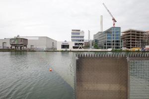 """""""On Water"""" im hippen Hafen von Münster, eine Wasserskulptur von Ayse Erkmen. Heute, 10. Juli, wegen Unwetterwarnung geschlossen. Anstehen ist hier Routine. Der Unterwassersteg konnte nur knapp vor Sicherheitsgeländern gerettet werden, nun wachen ausgebildete Rettungsschwimmer über das Wohl der im Wasser Wandelnden"""