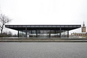 Der Kollege Mies van der Rohe konnte nach, eröffnet wurde die Neue Nationalgalerie, die demächst Nachbar des hier im Wettbewerb gefragten Museumsneubau sein wird, allerdings erst nach seinem Tod. Zurzeit wegen Renovierung durch Chipperfield Architects, Berlin, geschlossen