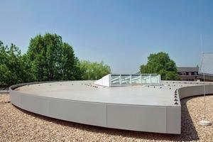 Die markante Formgebung der Dachrandausbildung ergibt eine neue Dachform auf dem Dach