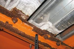 Bild8: Korrosion an der Unterseite eines Mittelträgers im Auflagerbereich eines Plattformblechs