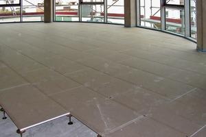 Innenausbau eines Bürogebäudes: ein Hohlboden in der Ausführungsphase
