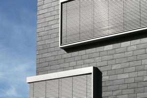 """<div class=""""5.6 Bildunterschrift"""">Das Sockelgeschoss und das seitliche Treppenhaus sind in der klassischen Dynamischen Deckung mit abwechslungsreich gestaffelten, 5, 10 und 15 cm hohen Gebinden gedeckt. Der zentrale, hohe Gebäudeteil ist mit einheitlichen 20 cm hohen Gebinden ausgeführt</div>"""